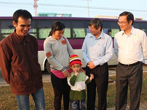 Ông Trần Thanh Hải, Phó Chủ tịch Thường trực Tổng LĐLĐ Việt Nam (thứ hai từ phải qua), thăm hỏi công nhân trước giờ xe lăn bánh Ảnh: THANH NGA
