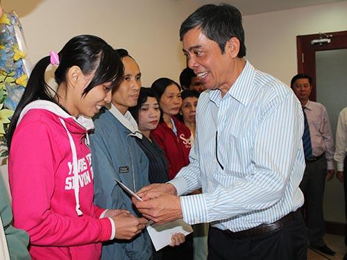 Ông Nguyễn Văn Khải, Phó Chủ tịch Thường trực LĐLĐ TP HCM, trao tiền hỗ trợ công nhân khó khăn  Ảnh: THANH NGA