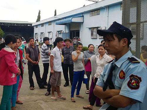 Bảo vệ chặn cổng không cho công nhân ra ngoài ăn cơm trưa ngày 16-7