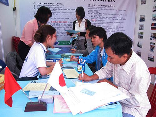 Lao động tìm việc tại ngày hội việc làm ở TP HCM
