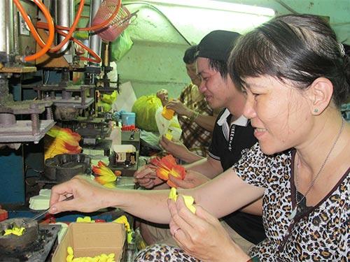 Lao động nghèo làm việc tại một cơ sở sản xuất ở phường 8, quận Phú Nhuận, TP HCM