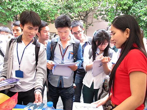Sinh viên Trường ĐH Bách Khoa TP HCM tìm việc tại sàn giao dịch việc làm do nhà trường tổ chức