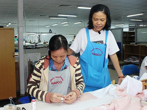 Bà Nguyễn Thị Thu Hà, Chủ tịch Công đoàn Công ty May thêu Hà Giang (đứng), luôn là chỗ dựa của công nhân