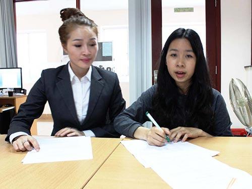 Chị Nguyễn Thị Thùy Nga (trái) và chị Linh Thu Bình bức xúc về việc bị quỵt lương, giam bằng cấp
