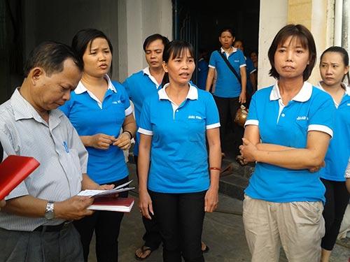 Ông Phạm Văn Tài (bìa trái), cán bộ chuyên trách LĐLĐ quận Gò Vấp, TP HCM, thông báo kết quả giải quyết khiếu nại cho công nhân Công ty Jakovi (quận Gò Vấp)Ảnh: THANH NGA