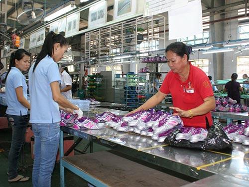 Việc làm ổn định cùng với cam kết giữ phúc lợi từ doanh nghiệp đã tạo tâm lý phấn khởi cho công nhân Công ty Việt Nam Samho Ảnh: KHÁNH AN