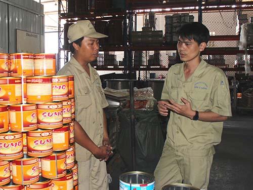 Sống hết mình với công nhân và doanh nghiệp, anh Phan Hoàng Bảo (phải), Chủ tịch CĐ Công ty CP  Sơn Á Đông, xứng đáng là chỗ dựa tin cậy