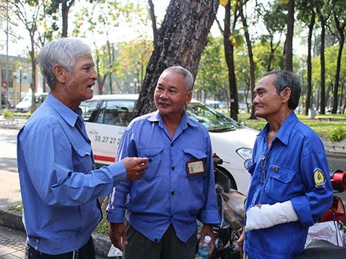 Ông Võ Việt Cường - Chủ tịch Nghiệp đoàn Xe ôm phường Tân Định, quận 1, TP HCM (bìa phải) - bị thương trong một lần tham gia bắt cướp