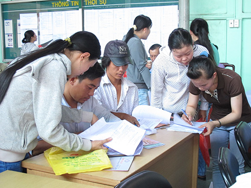 Công nhân tìm việc làm tại sàn giao dịch việc làm do LĐLĐ quận 2, TP HCM và Trung tâm Giới thiệu Việc làm TP tổ chức chiều 5-5 Ảnh: HỒNG NHUNG
