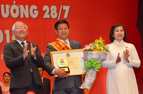 Lãnh đạo Thành ủy và UBND TP HCM trao tặng Giải thưởng 28-7  cho ông Trần Duy Biên, Chủ tịch Công đoàn Công ty Dae Yun Việt Nam  Ảnh: TẤN THẠNH