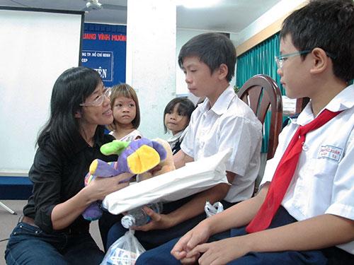 Bà Nguyễn Thị Hoàng Vân, Giám đốc Quỹ Trợ vốn CEP, ân cần thăm hỏi con em thành viên của quỹ CEP trong buổi họp mặt