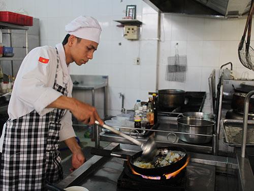 Anh Lý Văn Tho chế biến thức ăn tại khách sạn Đệ Nhất