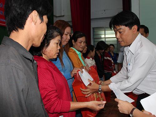 Ông Nguyễn Văn Hải - Phó Chủ tịch LĐLĐ quận Bình Tân, TP HCM - tặng quà cho công nhân mất việc tại Công ty S.B International Ảnh: THANH NGA