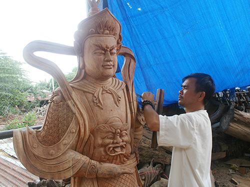 Anh Lê Thừa Dương Hùng đang hoàn thiện sản phẩm điêu khắc
