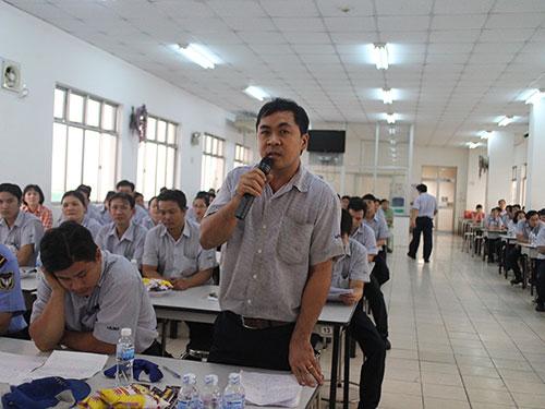 Công nhân phát biểu ý kiến tại hội nghị người lao động Công ty TNHH Juki Việt Nam (KCX Tân Thuận)