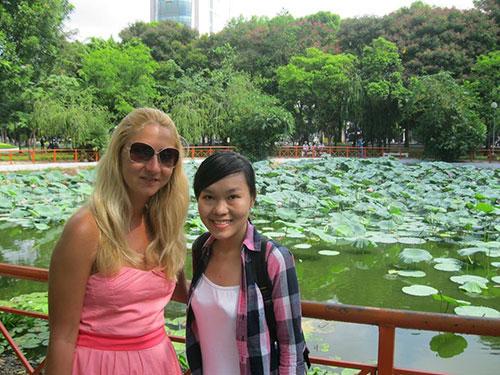 Thành viên Saigon Hotpot (bìa phải) trong tour hướng dẫn khách du lịch nước ngoài