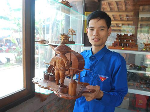Anh Ngô Tam Bửu với một sản phẩm gỗ mỹ nghệ độc đáo