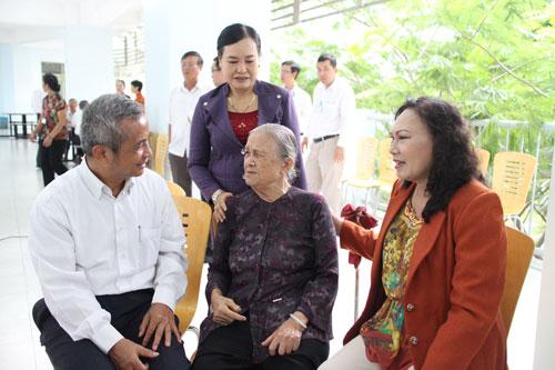 Ông Đặng Ngọc Tùng, Chủ tịch Tổng LĐLĐ Việt Nam, thăm hỏi cán bộ Công đoàn các thời kỳ