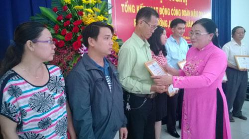 Bà Nguyễn Thị Bích Thủy, Phó Chủ tịch LĐLĐ TP HCM, trao bằng khen cho đại diện các CĐ cơ sở đạt thành tích xuất sắc năm 2014