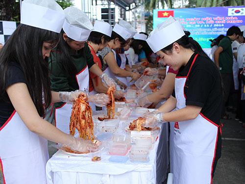 Khách tham quan tập làm món kim chi tại những ngày hội văn hóa Hàn Quốc