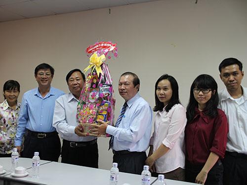 Ông Nguyễn Việt Cường, Phó Chủ tịch LĐLĐ  TP HCM, chúc mừng cán bộ, CNVC-LĐ Sở Y tế