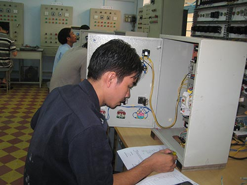 Thí sinh tham gia thi Bàn tay vàng ngành điện do LĐLĐ quận Tân Bình, TP HCM tổ chức