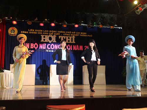 Các thí sinh trong phần thi thời trang tại  Hội thi Cán bộ nữ công giỏi