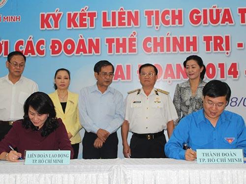 Bà Nguyễn Thị Thu, Chủ tịch LĐLĐ TP (ngồi, bên trái) và ông Lê Quốc Phong, Bí thư Thành đoàn  TP HCM, ký kết chương trình phối hợp
