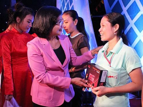 Bà Nguyễn Thị Thu Hà - Ủy viên Trung ương Đảng, Phó Bí thư Thành ủy TP HCM - tặng quà và radio cho công nhân