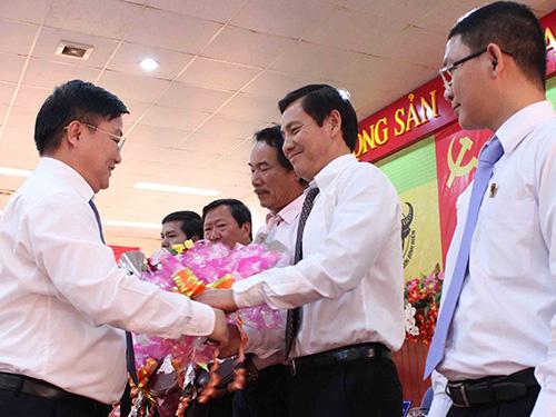 Ông Nguyễn Anh Dũng - Bí thư Đảng ủy, Chủ tịch Hội đồng Thành viên Tập đoàn Hóa chất Việt Nam - tặng bằng khen cho Công ty CP Phân bón Bình Điền