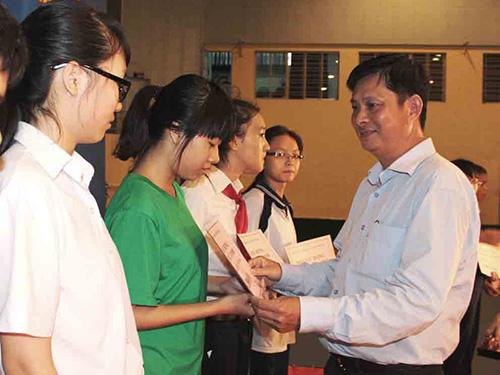 Ông Vũ Thế Thịnh - Chủ tịch LĐLĐ quận Phú Nhuận, TP HCM - trao học bổng cho con CNVC-LĐ vượt khó, học tốt