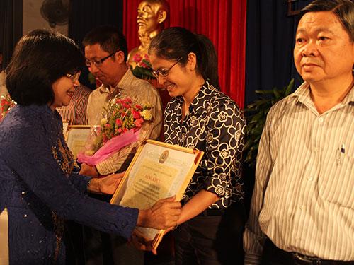 Bà Nguyễn Thị Thu Hà, Phó Bí thư Thành ủy TP HCM, tặng bằng khen cho các đơn vị tổ chức tốt Tháng Công nhân