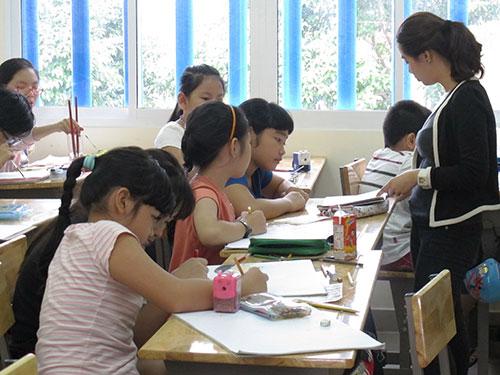 Các em thiếu nhi học vẽ tại Nhà Thiếu nhi quận 10, TP HCM