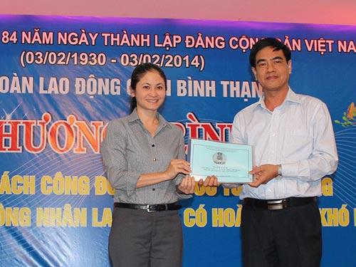 Bà Nguyễn Thu Hương, Chủ tịch LĐLĐ quận Bình Thạnh, trao danh sách đoàn viên ưu tú cho lãnh đạo Quận ủy