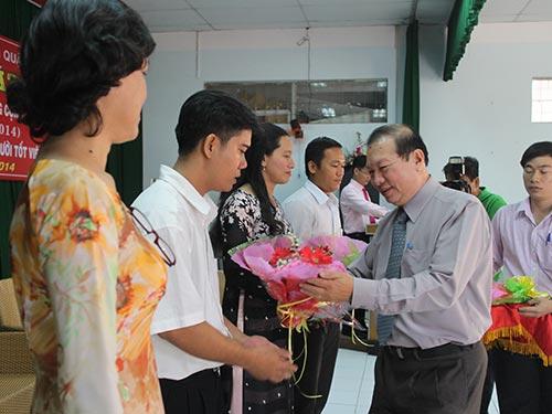 """Ông Nguyễn Việt Cường, Phó Chủ tịch LĐLĐ TP HCM, tặng hoa cho các gương """"Người tốt, việc tốt"""" điển hình"""