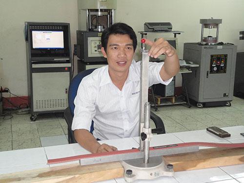 Anh Nguyễn Vũ Nhân nghiên cứu chế tạo các sản phẩm cao su