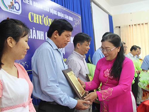 Bà Nguyễn Thị Bích Thủy, Phó Chủ tịch LĐLĐ TP HCM, tặng biểu trưng cho các doanh nghiệp được tuyên dương