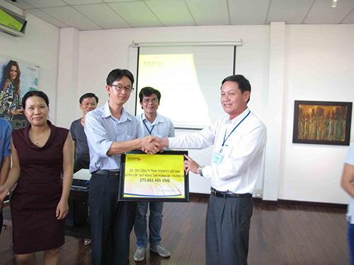 Ông Trần Công Khanh, Chủ tịch CĐ các KCX - KCN TP HCM (phải), nhận tiền hỗ trợ từ Công ty TNHH Terratex Việt Nam