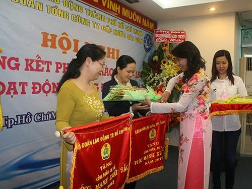 Bà Nguyễn Thị Thu, Chủ tịch LĐLĐ TP HCM, tặng cờ thi đua xuất sắc của LĐLĐ TP HCM cho các CĐ cơ sở tiêu biểu SAWACO