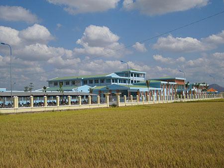 Bệnh viện Hàm Thuận Bắc nằm lọt thỏm giữa ruộng lúa…