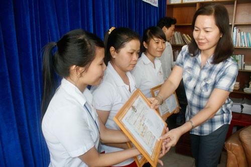 Bà Nguyễn Thị Ánh Thu - Chủ tịch LĐLĐ huyện Củ Chi, TP HCM - tặng giấy khen cho các thí sinh đoạt giải cao tại hội thi