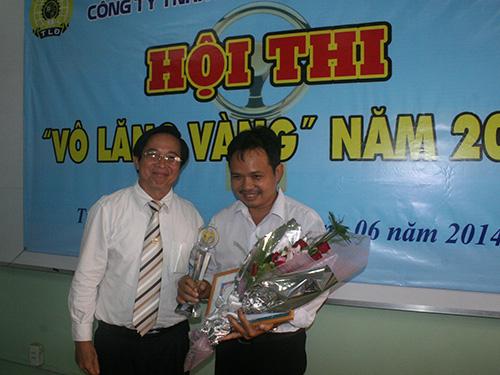 Ông Phạm Quốc Tài, Phó Tổng giám đốc Tổng Công ty Cơ khí Giao thông Vận tải Sài Gòn, trao giải nhất cho tài xế Nguyễn Thanh Hùng