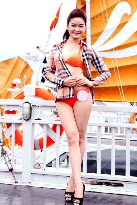 Người đẹp Hạ Long khoe dáng với bikini