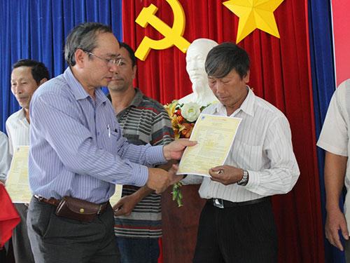 Ông Nguyễn Hòa trao bảo hiểm cho ngư dân
