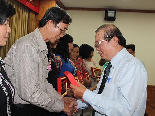 Ông Nguyễn Việt Cường, Phó Chủ tịch LĐLĐ TP HCM, trao biểu trưng cho các thầy cô giáo