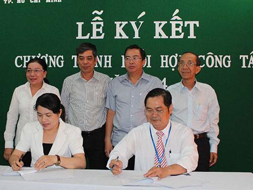 Bà Nguyễn Trần Phượng Trân, Phó Chủ tịch LĐLĐ TP và đại diện Công đoàn  Tổng Công ty Điện lực TP ký kết chương trình phối hợp