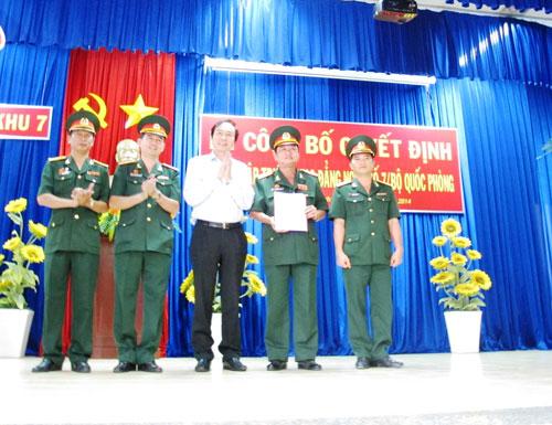 Ông Dương Đức Lân, Tổng cục trưởng Tổng cục Dạy nghề (giữa), chúc mừng Trường CĐ Nghề số 7