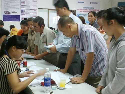 Người lao động làm thủ tục hưởng bảo hiểm thất nghiệp tại Trung tâm  Giới thiệu Việc làm TP HCM Ảnh: CAO HƯỜNG