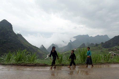 Một đám trẻ người Mông tung tăng bước, xa xa mây núi trập trùng - Ảnh: Mộc Hà