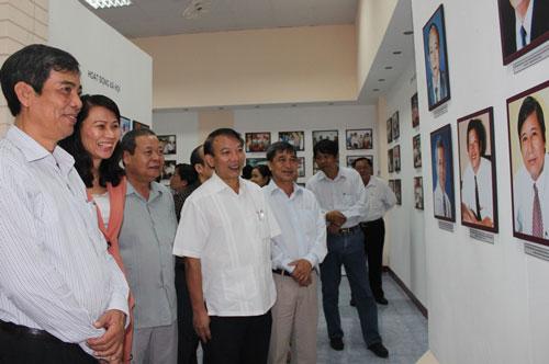 Đại biểu và CNVC-LĐ TP tham quan Phòng Truyền thống Công nhân - Công đoàn TP